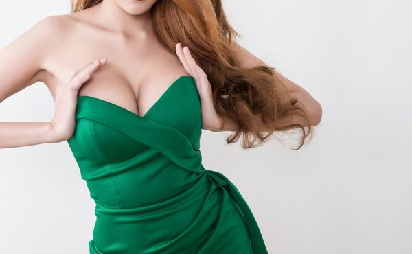 【スナックの服装】胸が小さい女性のための最終兵器「盛りドレス」