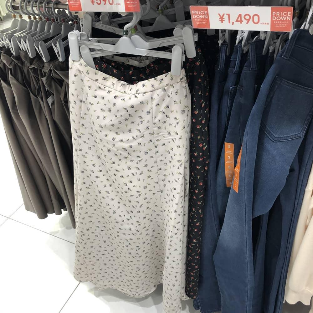 スナックの服装、ロングスカートで決めるならワンポイントで男ウケを狙う